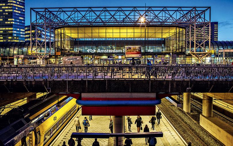 Можно жить в Амстердаме, а работать в Гааге — до нее 65 км и 37 минут на поезде