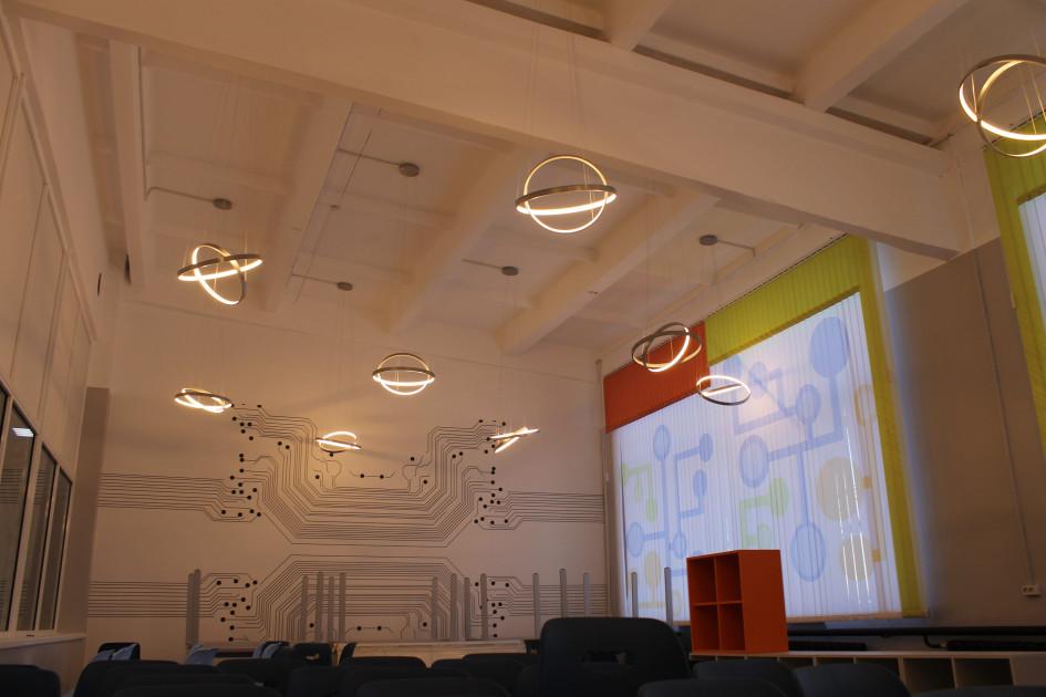 Уже напротяжении более двух лет дизайнерские люстры завода «Лючера» освещают «путь кзнаниям» будущим архитекторам, геодезистам истроителям