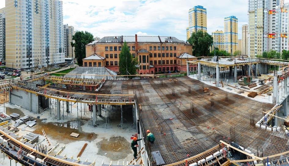 Сейчас для 39-й гимназии возводят новое, современное здание из двух корпусов. Прежнее строение простояло более 75 лет и просто «устало» от времени.