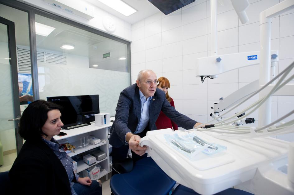 Основатель сети клиник «Дентал-Сервис» Борис Шеплев тестирует оснащение терапевтического кабинета