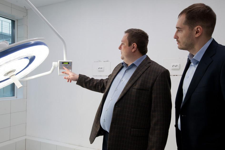 Олег Пахомов и Александр Горячкин  демонстрируют оборудование операционной класса А