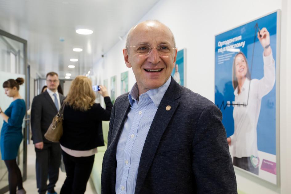 Основатель сети клиник «Дентал-Сервис» Борис Шеплев встречает гостей на открытии клиники