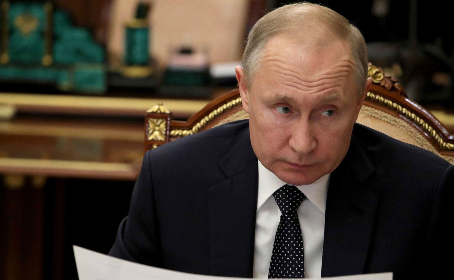 В Кремле объяснили рукопожатия Путина вопреки коронавирусу