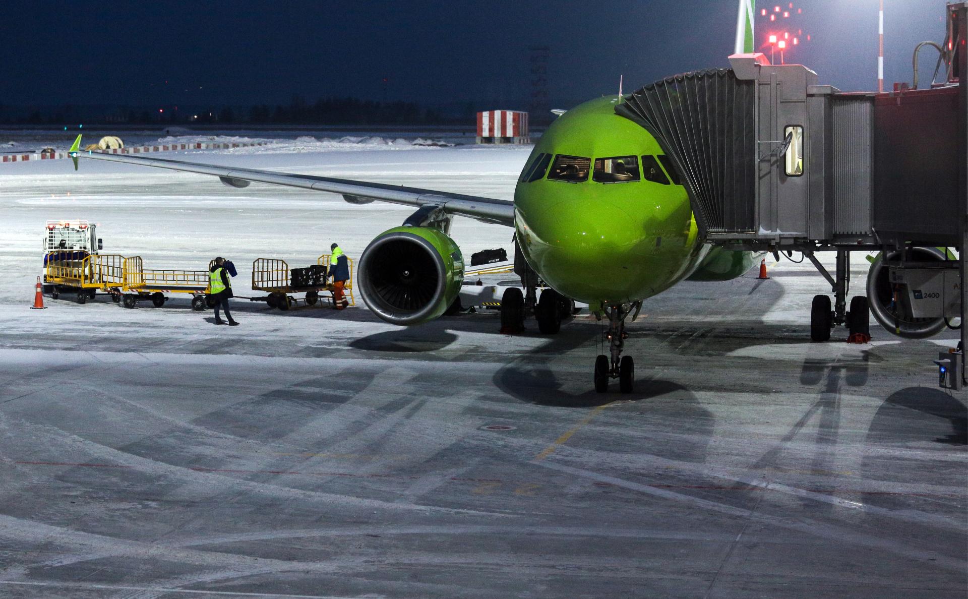 СК назвал возможную причину возгорания двигателя самолета в Новосибирске