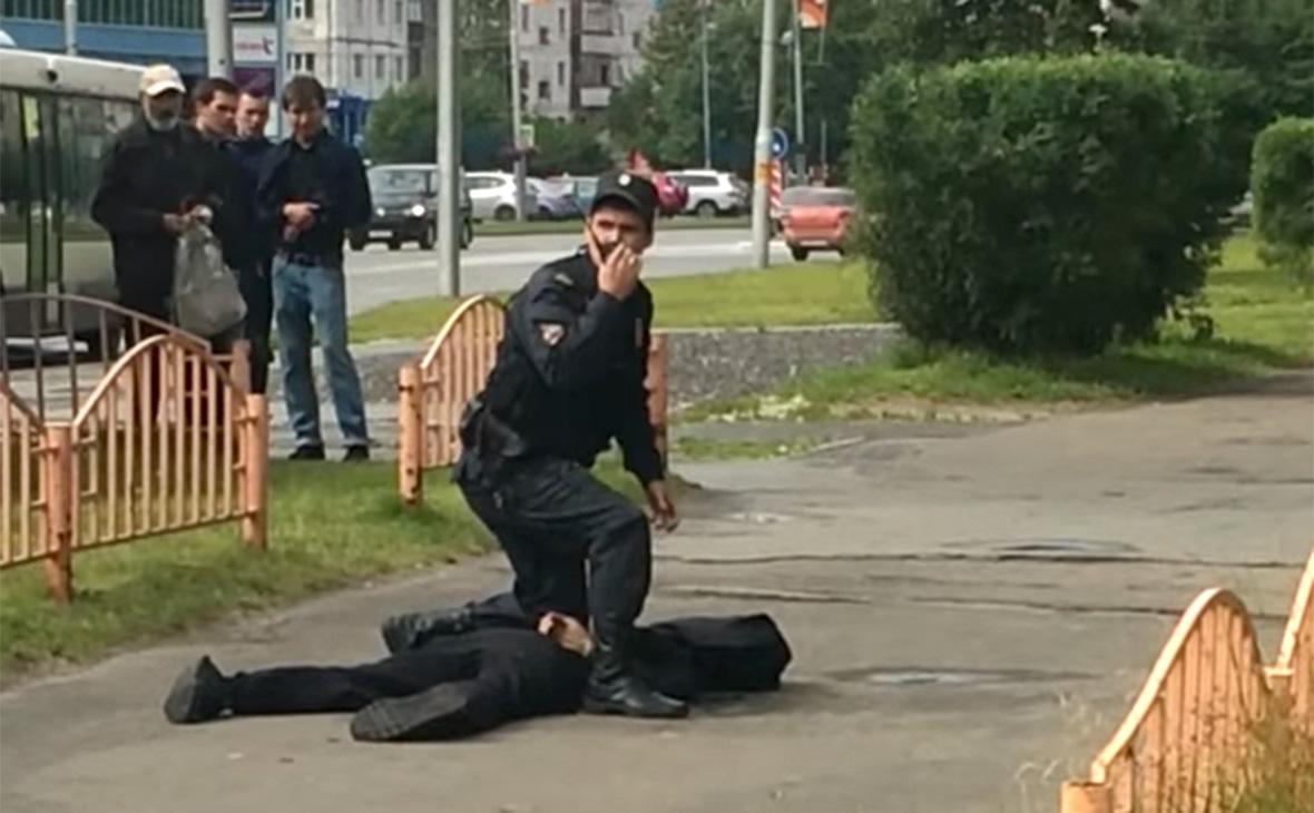 В Сургуте мужчина с ножом напал на прохожих