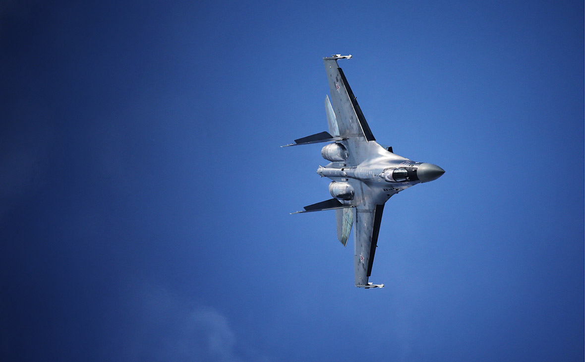 Минобороны заявило об улетевших из-за Су-35 ВКС России американском F-22