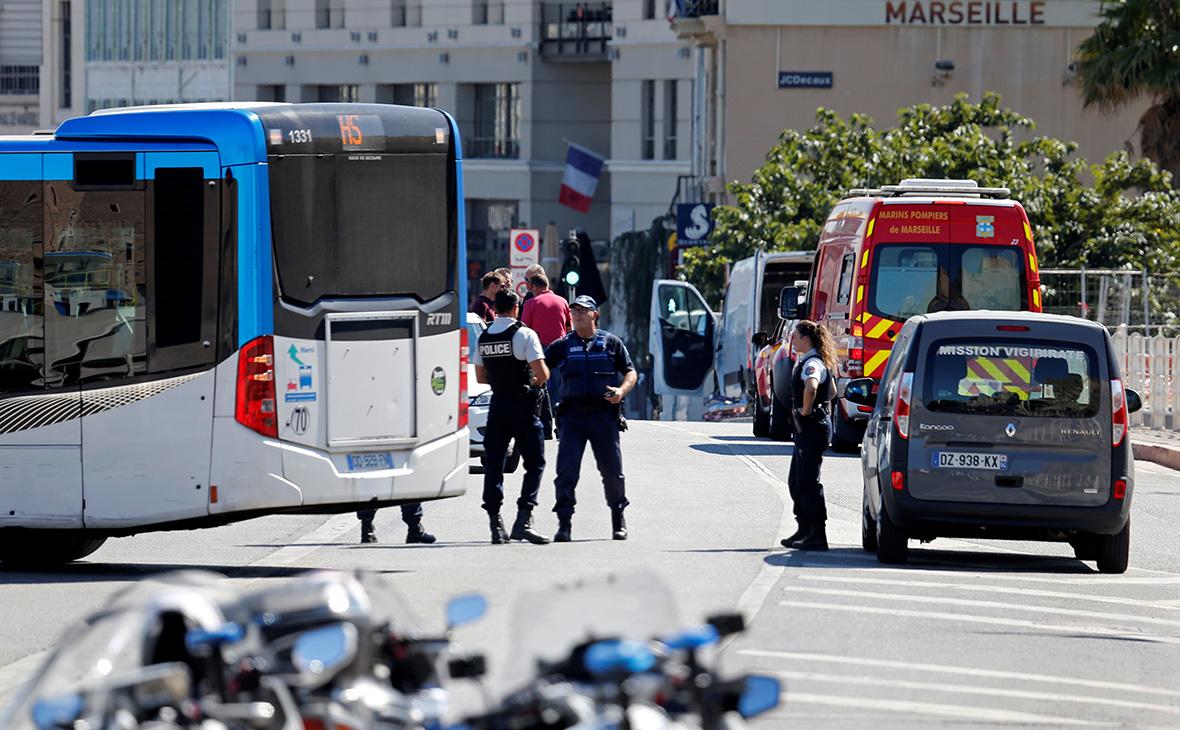 В Марселе автомобиль въехал в автобусные остановки