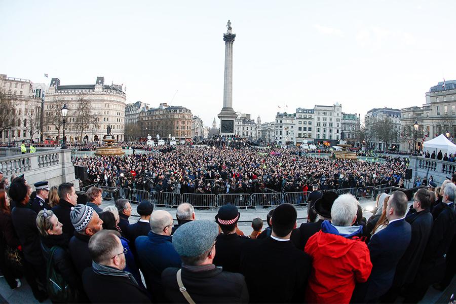 В Лондоне сотни человек почтили память погибших притеракте