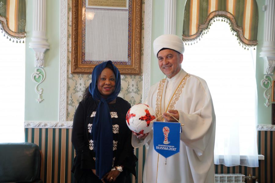 Генсеку FIFA подарили татарский калфак в казанской мечети «Марджани»