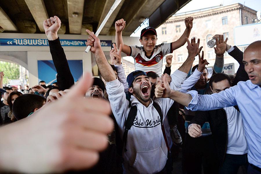 Как в Ереване празднуют отставку премьер-министра Саргсяна. Фоторепортаж