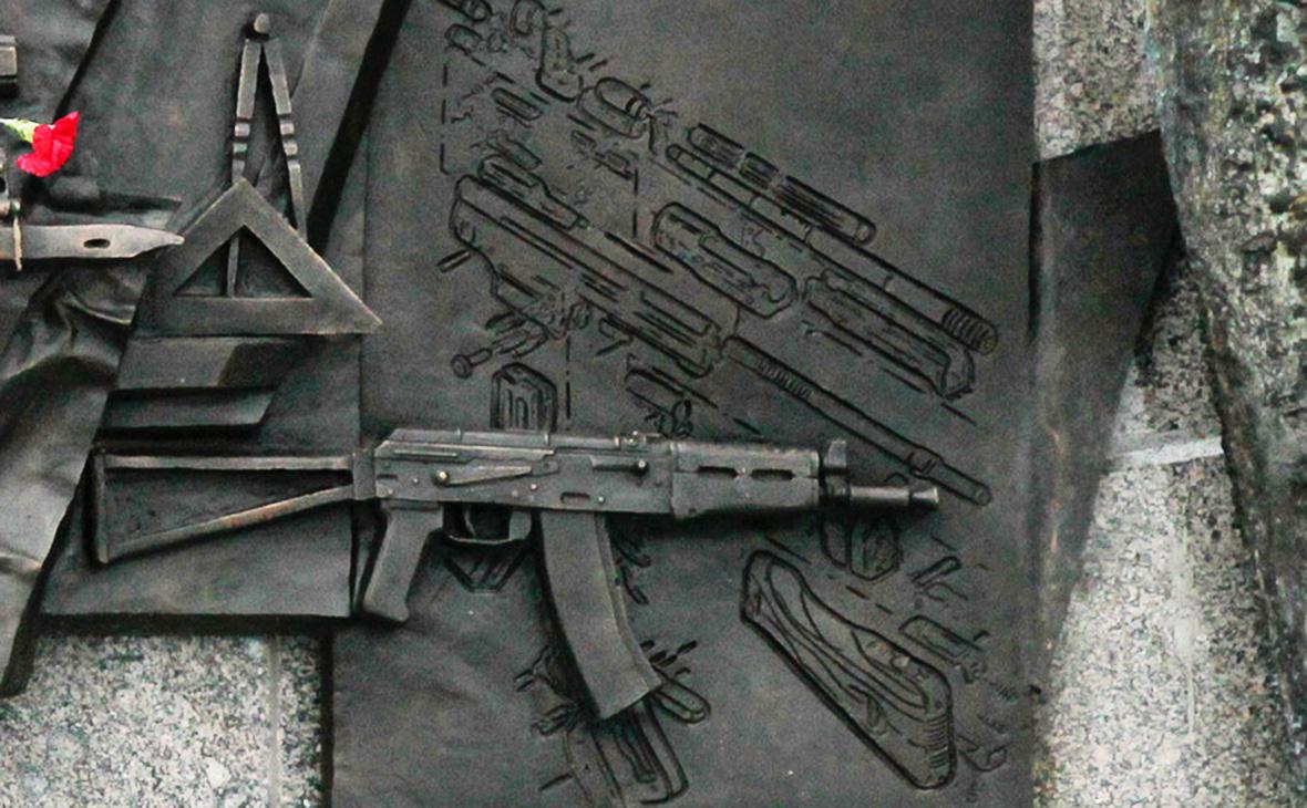 Автор памятника Калашникову допустил появление на нем схемы Шмайссера