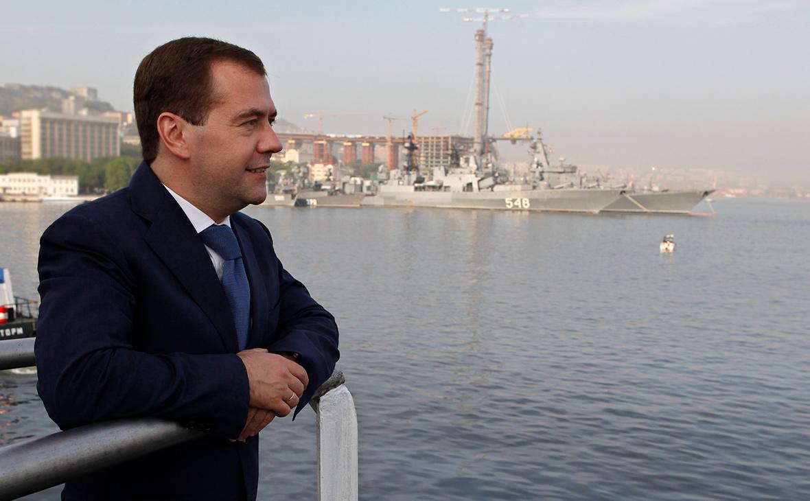 Медведев отдал контракт на работы в порту Геленджика компании Тимченко