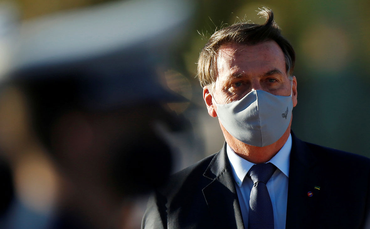 Отрицавший опасность коронавируса президент Бразилии заразился COVID-19