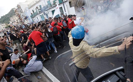 Полиция применила слезоточивый газ против протестующих на саммите G7