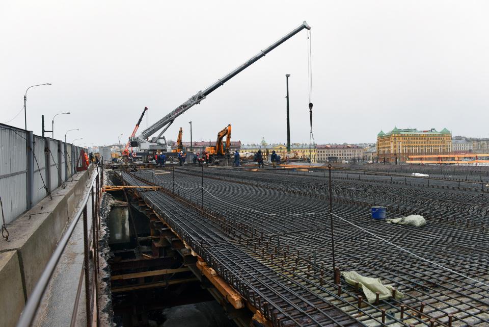 Под мостом в центре Петербурга рухнула опора