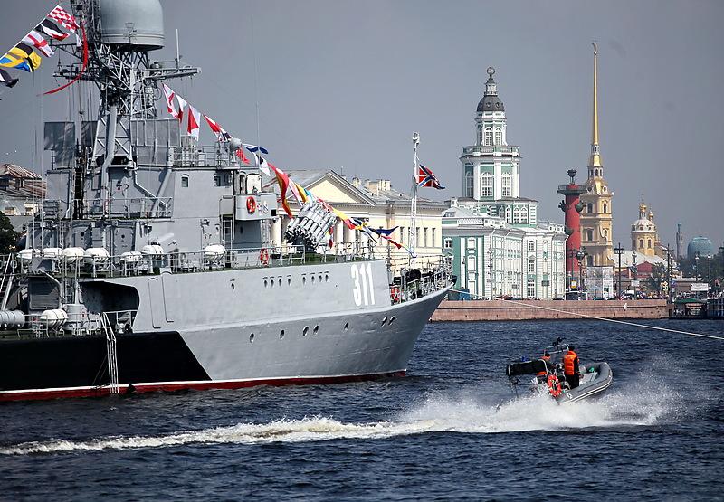 Военные корабли перекроют несколько переправ и улиц в центре Петербурга