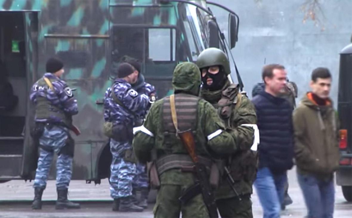 Центр Луганска перекрыли вооруженные люди и бронетехника