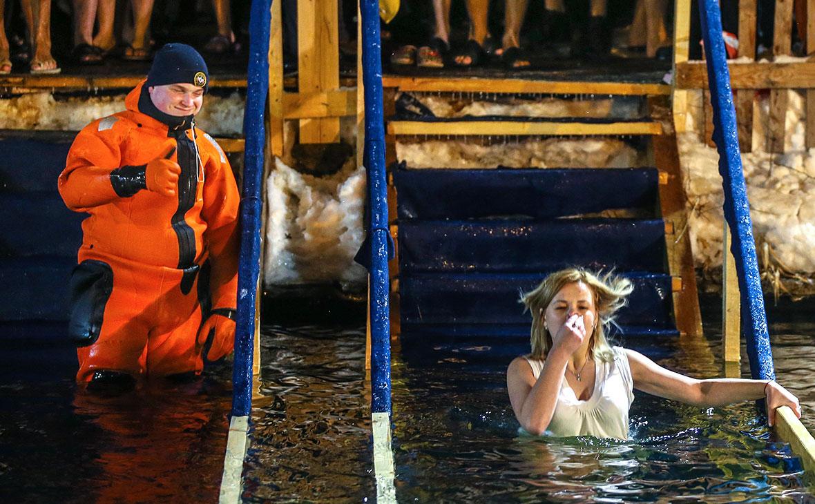 Врачи назвали противопоказания для крещенских купаний