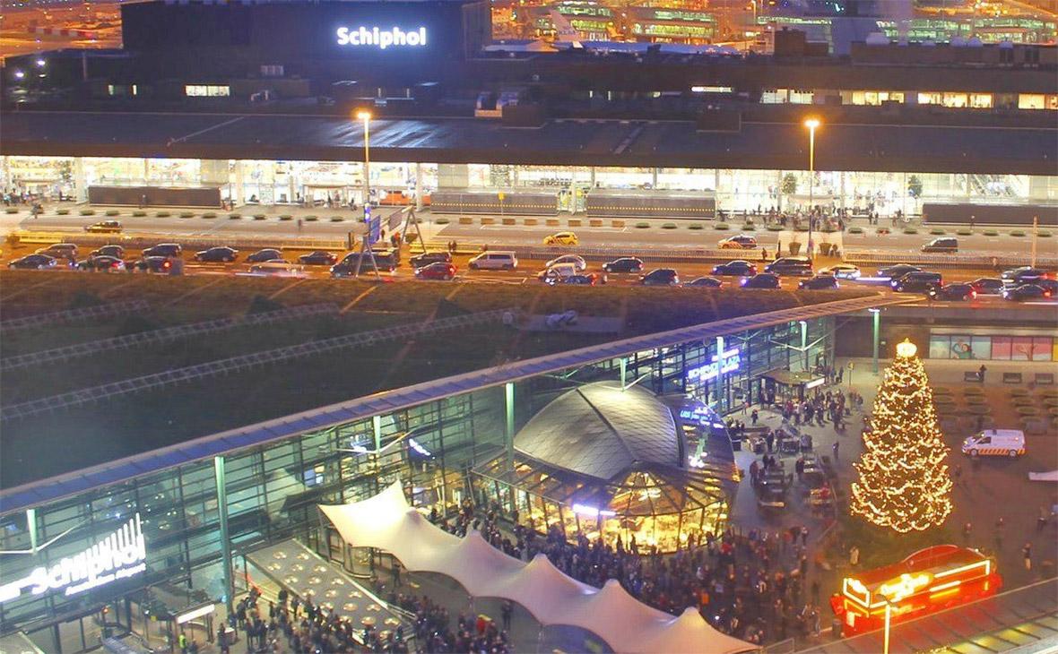 В аэропорту Амстердама полиция открыла стрельбу по вооруженному человеку