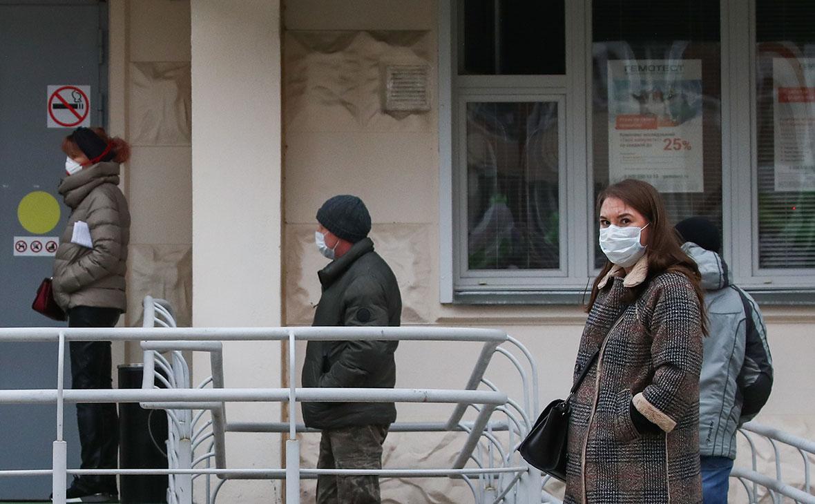 Роспотребнадзор обязал россиян держать дистанцию не менее метра