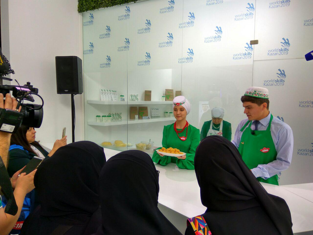Гости сметают чак-чак со стенда Казани на WorldSkills в Абу-Даби