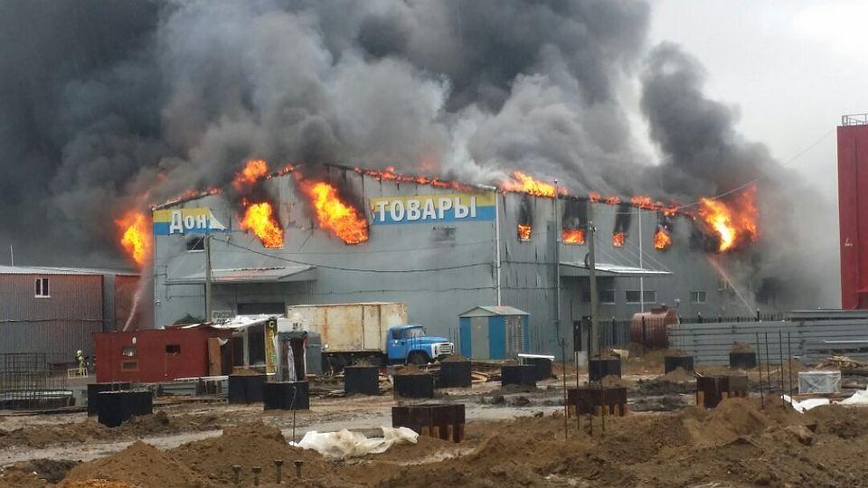 Площадь пожара на рынке «Атлант» в Ростове увеличилась до 1,5 тыс. кв.м