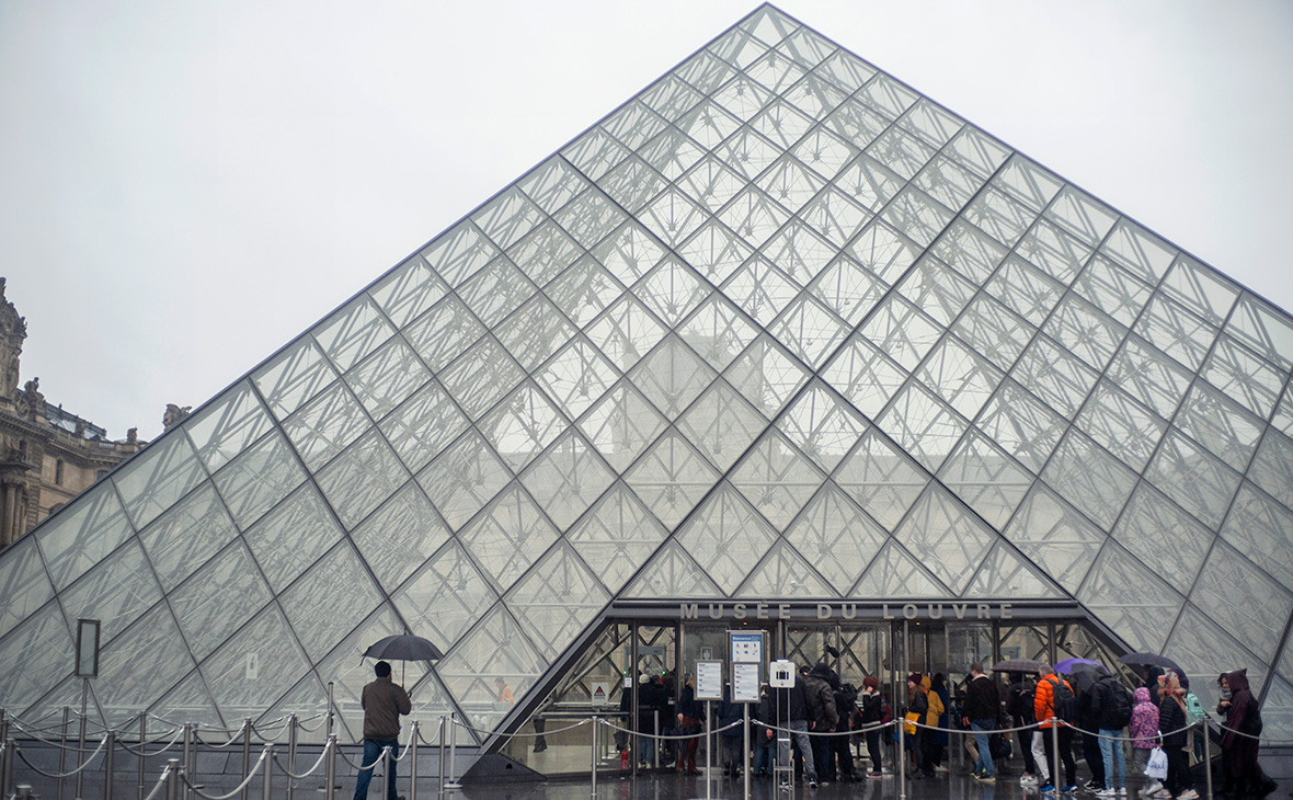 Лувр временно закрылся из-за коронавируса