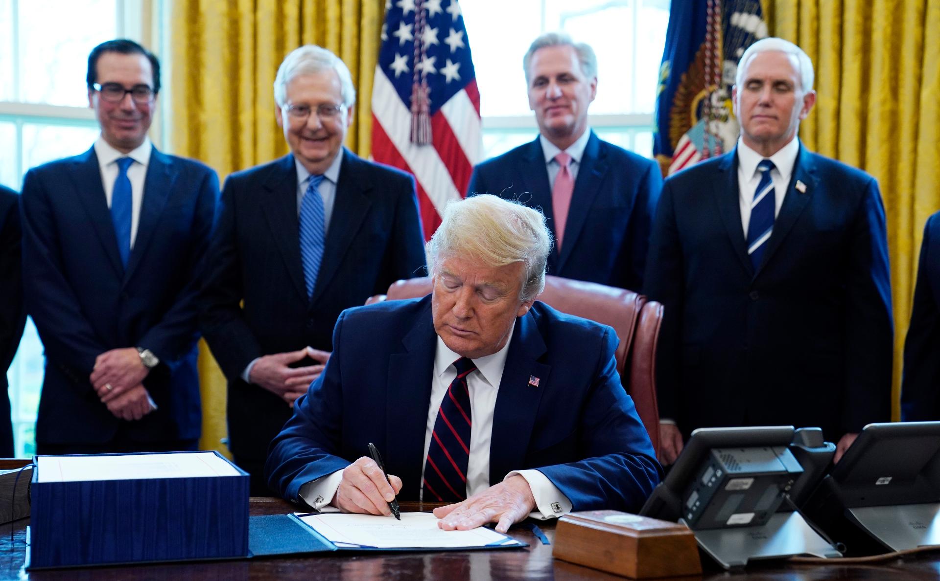 Трамп подписал закон о выделении $2 трлн на помощь экономике из-за вируса