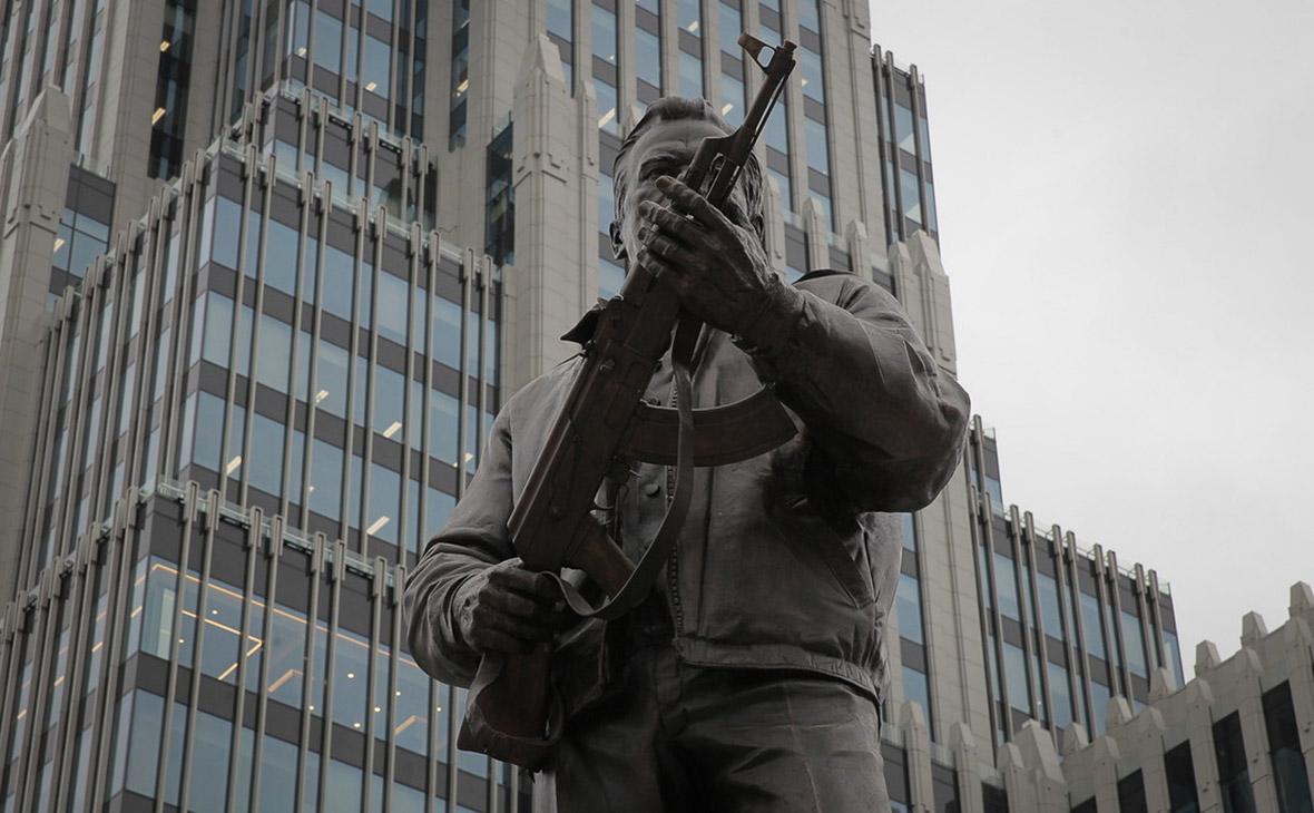 С памятника Калашникову пообещали убрать схему Шмайссера