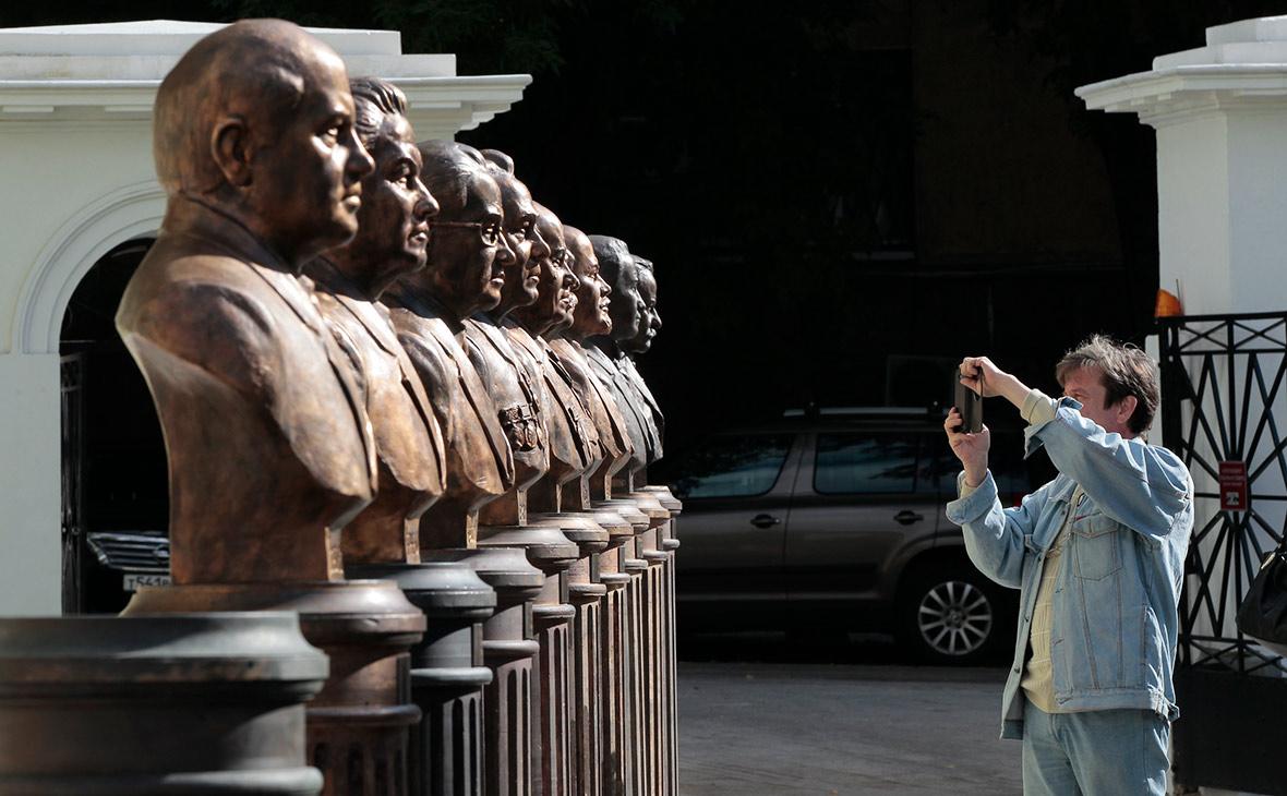 В Москве торжественно открыли бюсты Сталина, Андропова и Горбачева