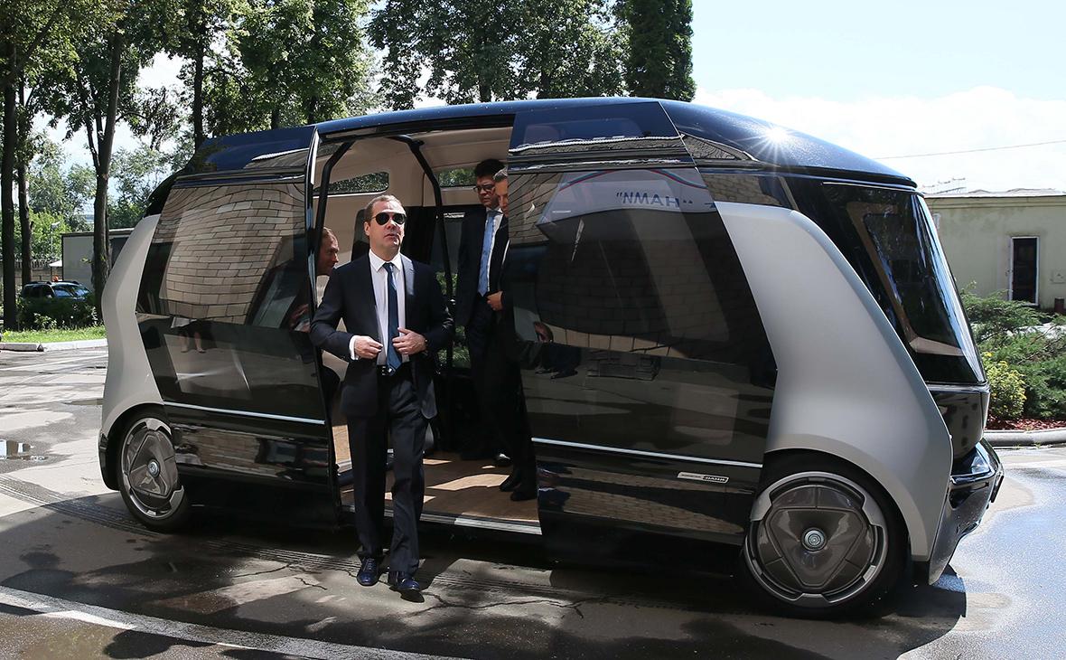 Медведев пообещал льготы производителям беспилотных автомобилей