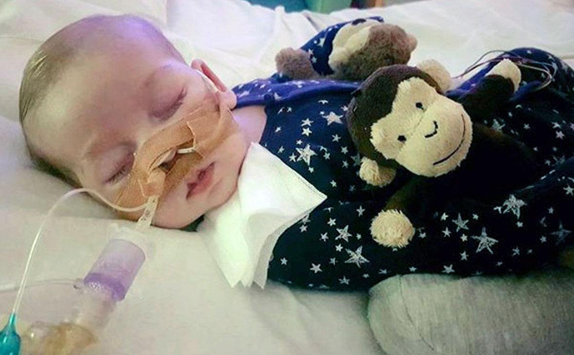 Умер страдавший от редкого заболевания британский мальчик Чарли Гард