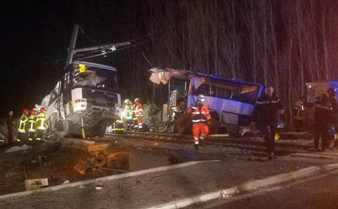 Четверо детей погибли при столкновении поезда с автобусом во Франции