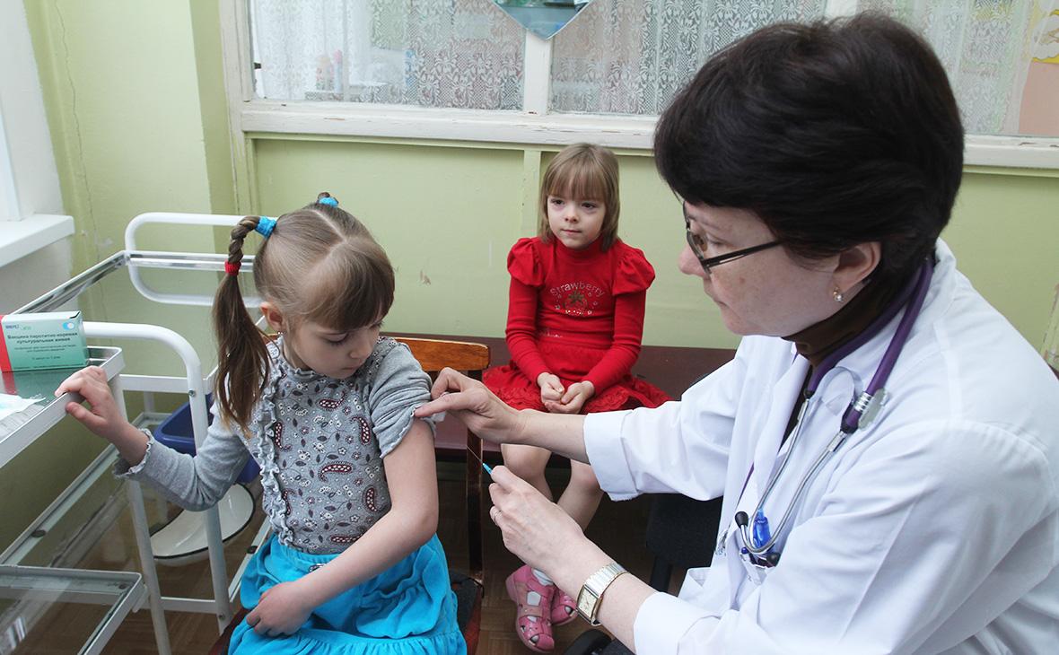 Почти 60% россиян выступили против наказания родителей непривитых детей