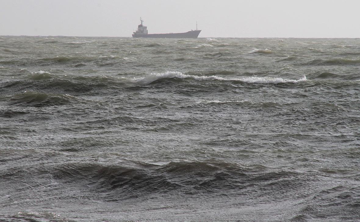 У побережья Крыма перевернулся иностранный сухогруз