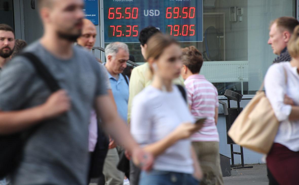 Рубль впервые за неделю начал торги ростом