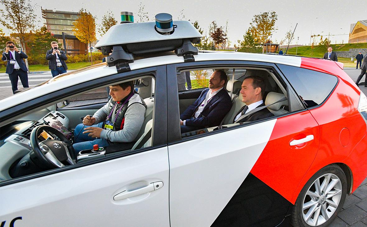 Медведев и Волож прокатились на беспилотном автомобиле «Яндекса»
