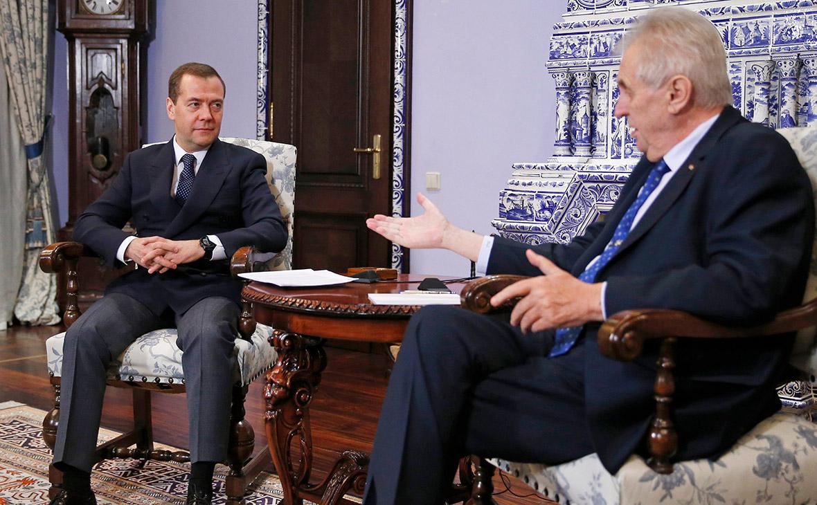 Медведев заверил Земана в несогласии властей со статьей о Пражской весне
