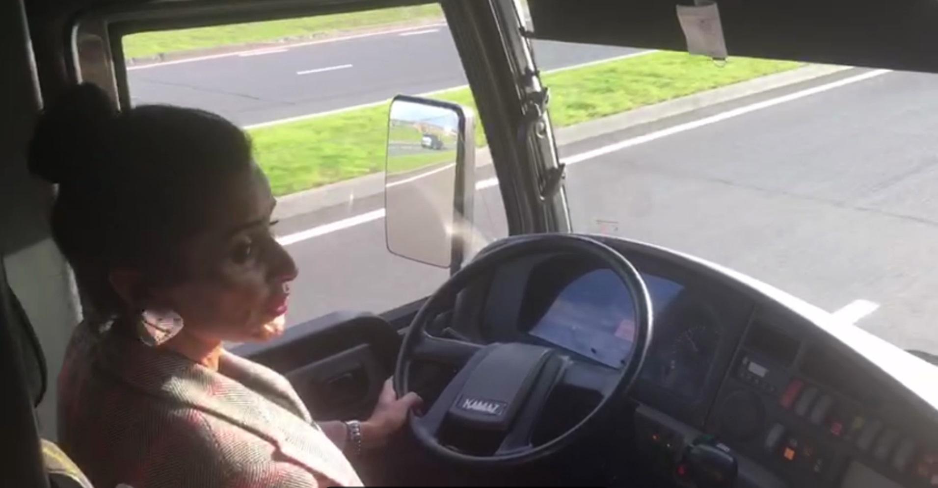 Тина Канделаки проехалась по Иннополису за рулем электробуса «Камаз»