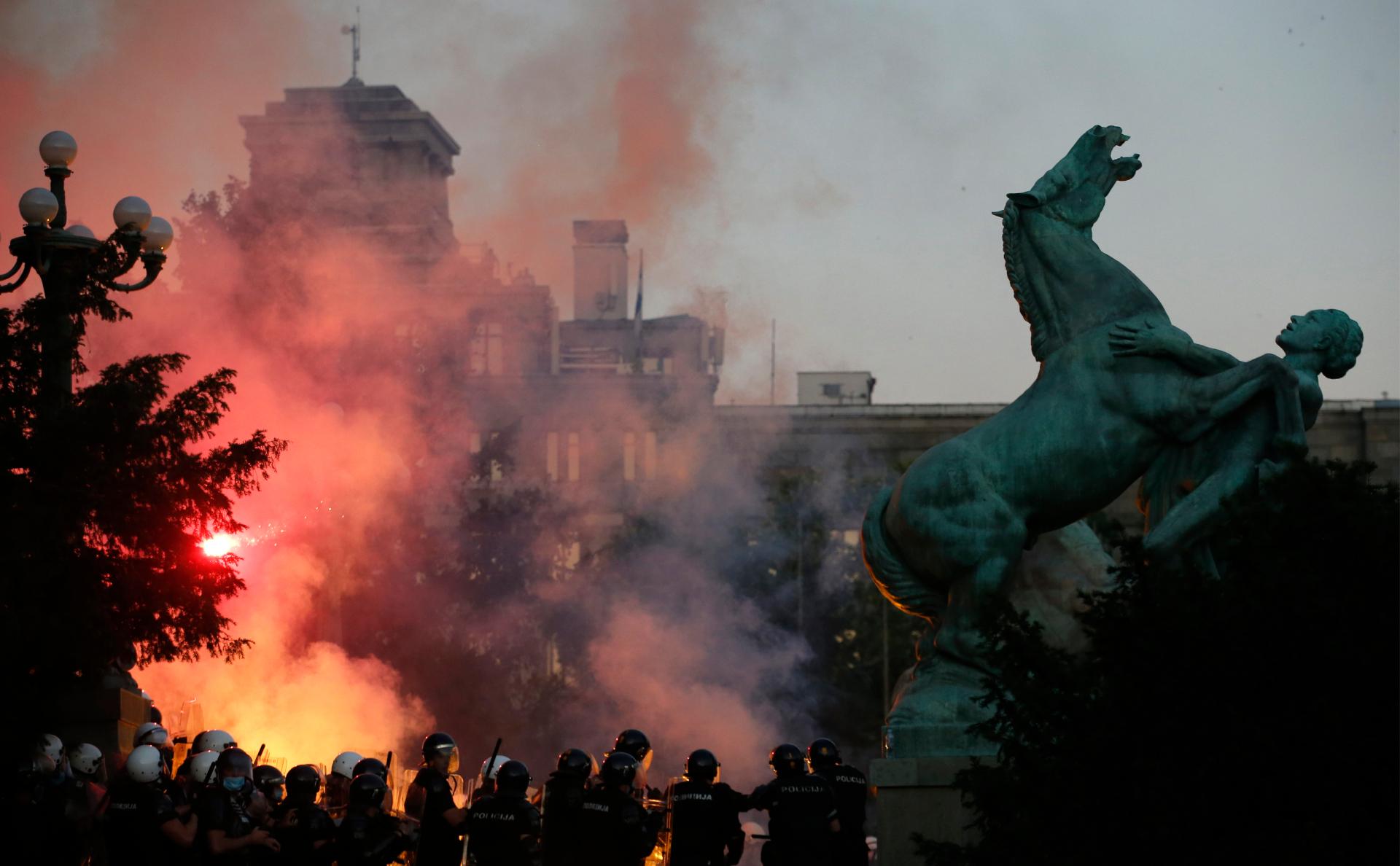 МВД Сербии объяснило протесты против карантина попыткой захвата власти