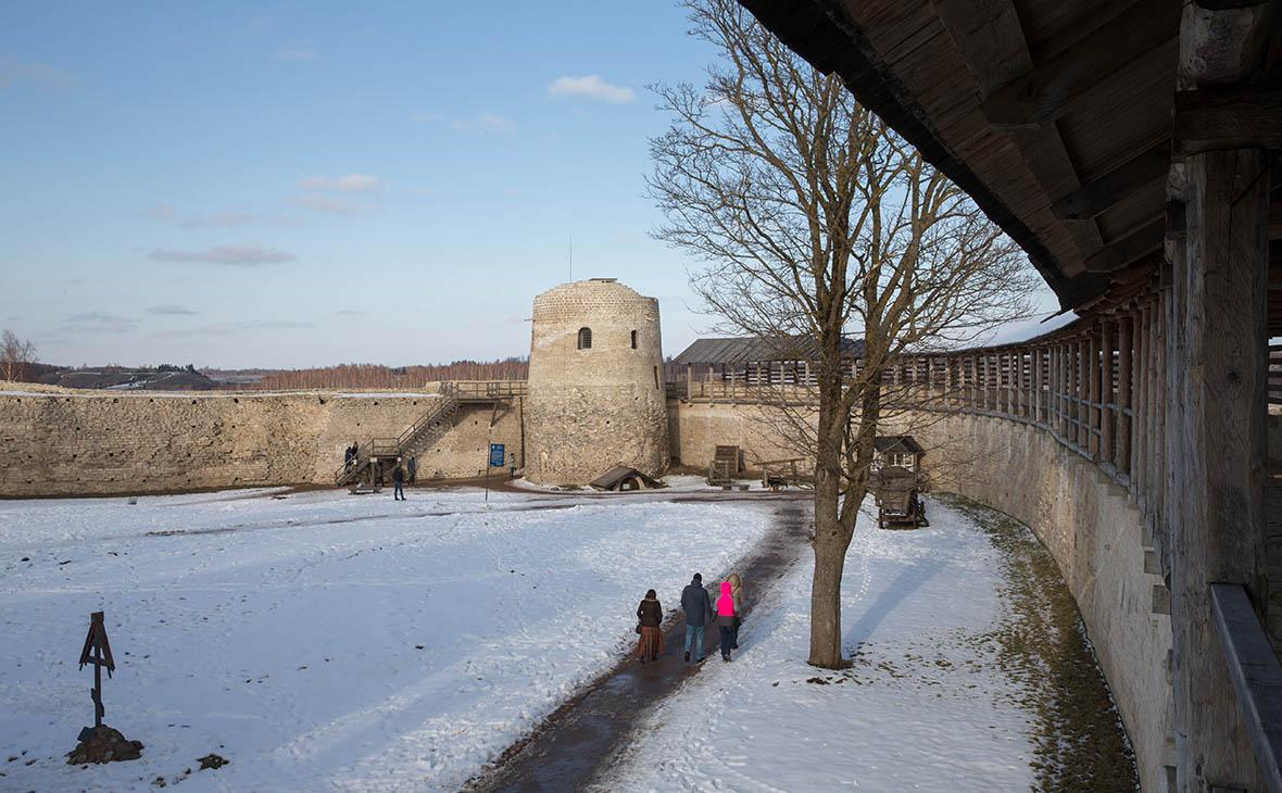 СКР приостановил дело о хищении ₽99 млн на реставрации Изборской крепости