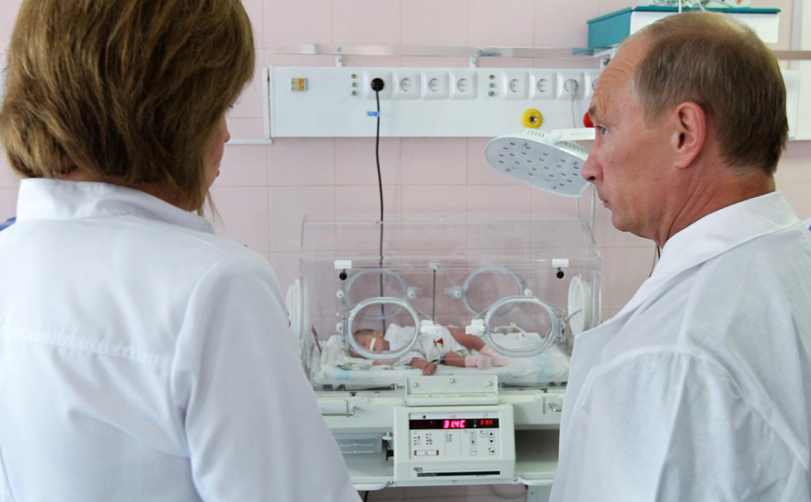 Путин счел уровень рождаемости вРоссии катастрофическим