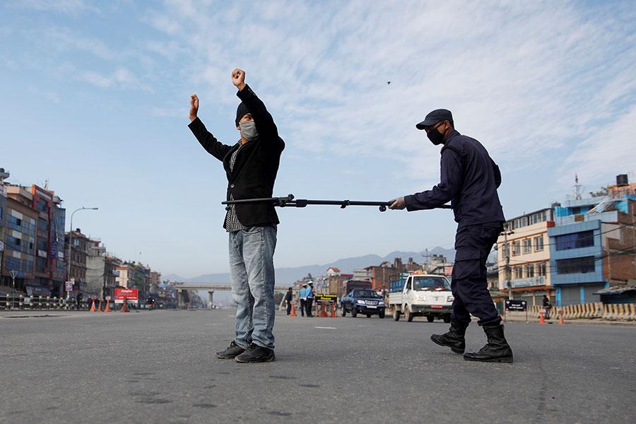 Полиция разных стран следит за мерами против коронавируса. Фоторепортаж