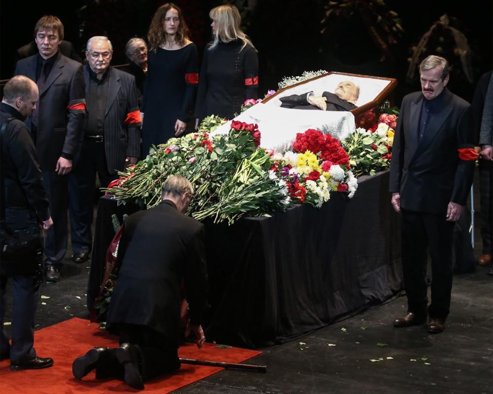 Присутствие беременных на похоронах 80