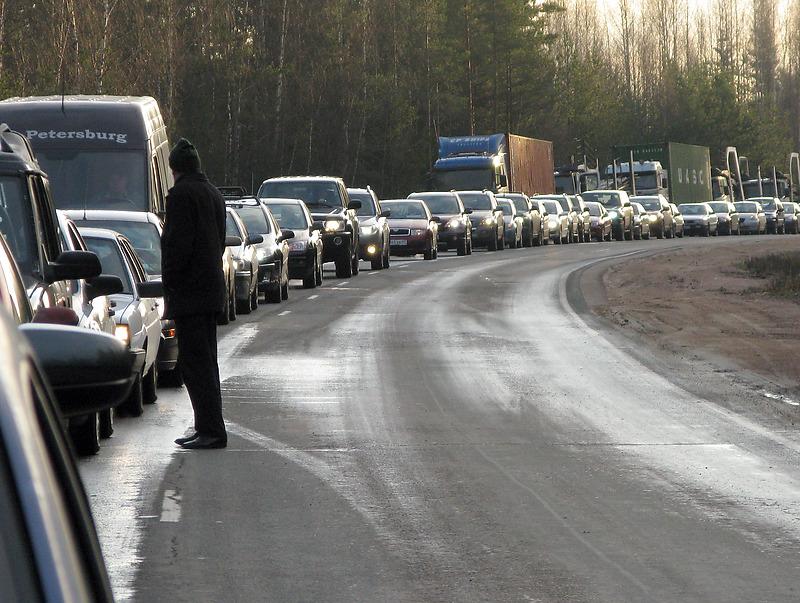 На границе России с Финляндией и Эстонией «застряли» сотни машин