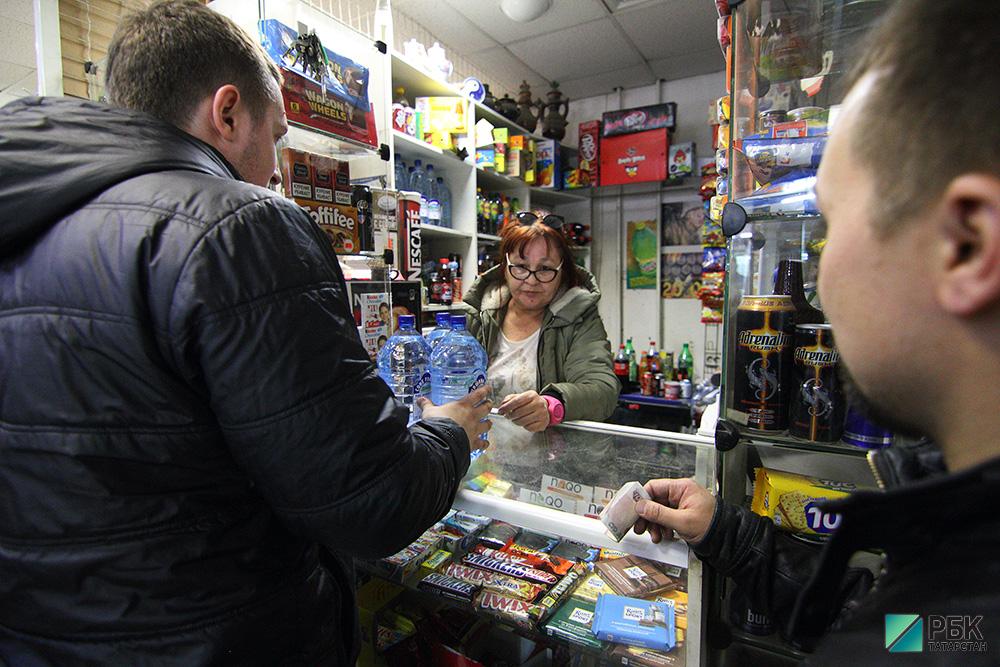 Покупателям разрешат снимать деньги с карт на кассах супермаркетов