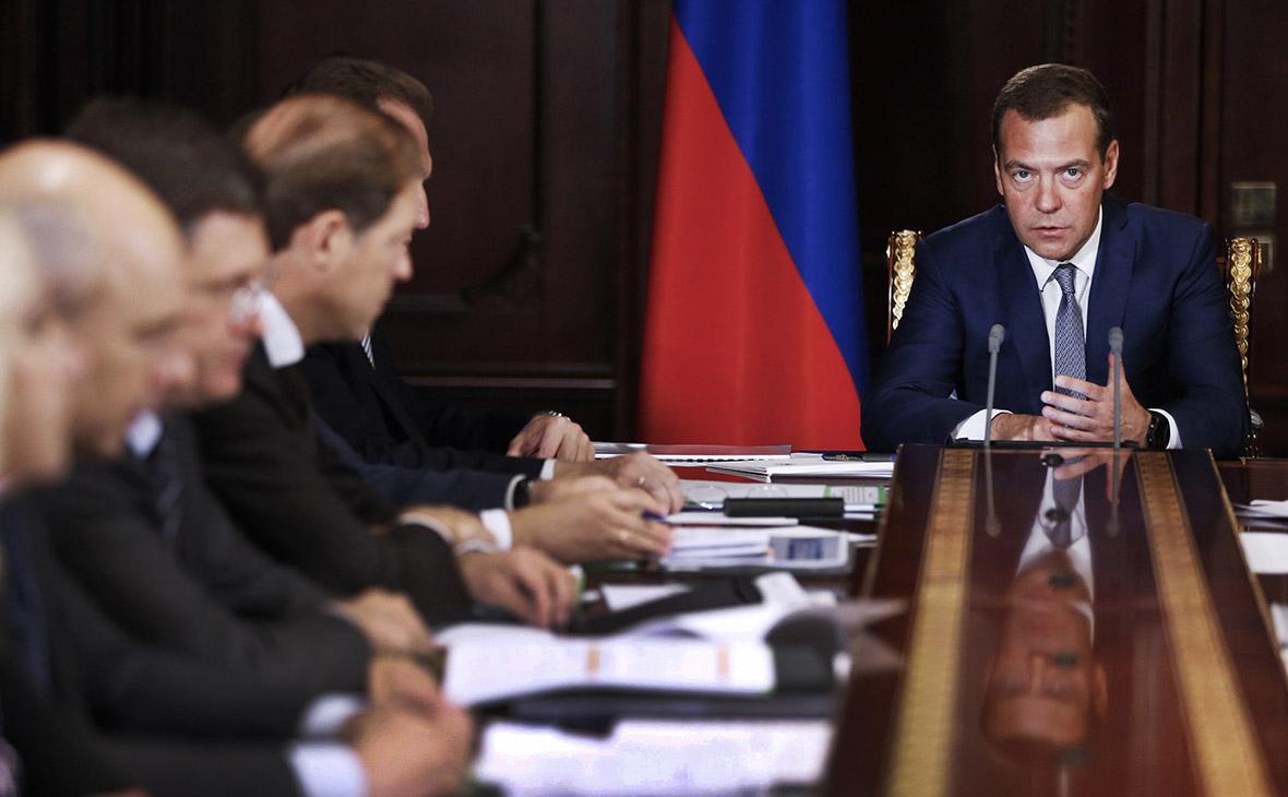 Медведев назвал пять причин низкой эффективности труда в России