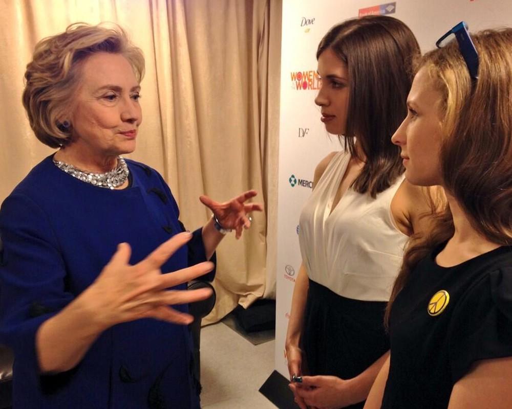 Банка варенья выпала из рук: Pussy Riot встретились с Хиллари Клинтон