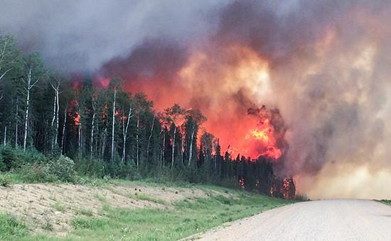 Власти Канады решили эвакуировать 80тыс. человек изгорящего города