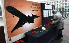 <p>Жители города у траурной доски погибшим вавиакатастрофе Ту-154</p>